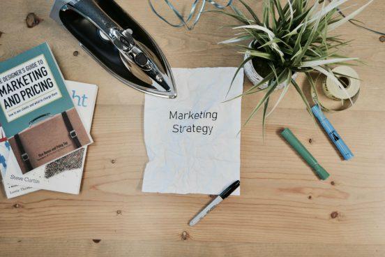 marketing spullen op bureau
